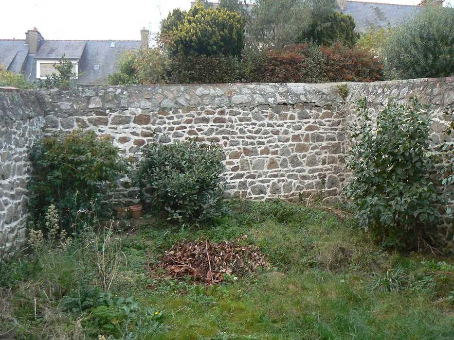 Aménagement d''un espace terrasse dans un jardin de ville - SAINT-BRIEUC p1220766