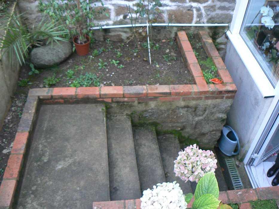 Aménagement d''un espace terrasse dans un jardin de ville - SAINT-BRIEUC p1220771